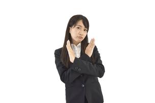 両腕でバツをしているスーツの女性の写真素材 [FYI04807466]