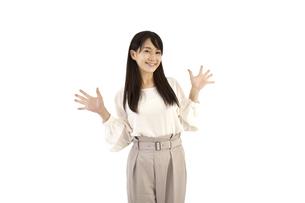 両手を広げて喜ぶカジュアルの女性 白背景の写真素材 [FYI04807471]