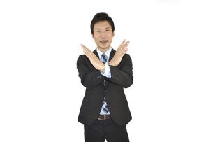 不正解とバツをしているスーツの男性 白背景の写真素材 [FYI04807482]