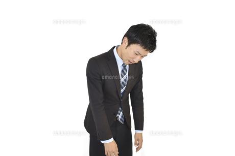 失敗してがっかりしているスーツの男性の写真素材 [FYI04807484]
