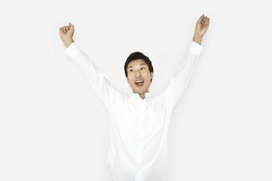 ガッツポーズで成功を喜んでいるカジュアルの男性2 白背景の写真素材 [FYI04807487]