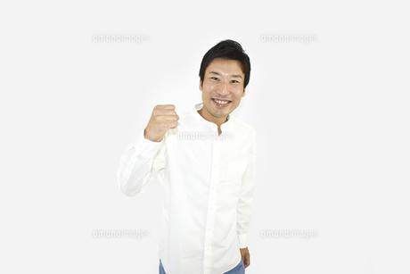 良し、グッドと喜んでいるカジュアルの男性 白背景の写真素材 [FYI04807488]
