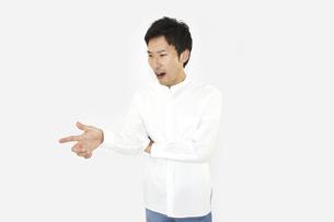注意、意見しているカジュアルの男性 白背景の写真素材 [FYI04807489]