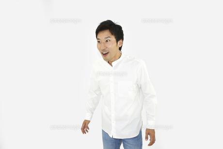 驚いているカジュアルの男性 白背景の写真素材 [FYI04807493]