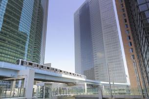 汐留シオサイトのゆりかもめ汐留駅とペデストリアンデッキの写真素材 [FYI04807595]