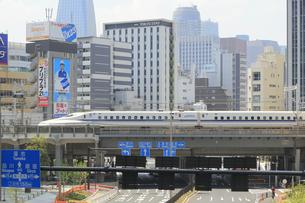 汐留を通過する東海道新幹線の写真素材 [FYI04807607]