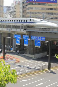 汐留を通過する東海道新幹線の写真素材 [FYI04807608]