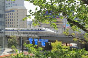 汐留を通過する東海道新幹線の写真素材 [FYI04807609]