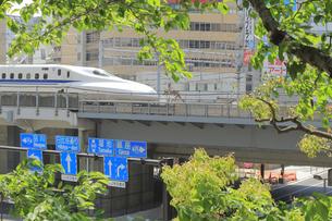汐留を通過する東海道新幹線の写真素材 [FYI04807610]