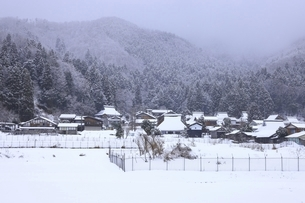雪の山里集落の写真素材 [FYI04807674]