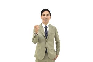 良し、グッドと喜んでいるスーツの男性 白背景の写真素材 [FYI04807820]