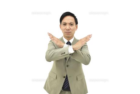 不正解とバツをしているスーツの男性 白背景の写真素材 [FYI04807822]