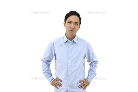 両手を腰に置いて怒るカジュアルの男性 白背景の写真素材 [FYI04807831]