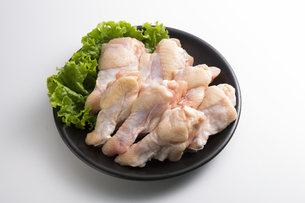 鶏の手羽肉の写真素材 [FYI04807903]