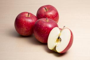 テーブルに置かれたりんごの写真素材 [FYI04807918]