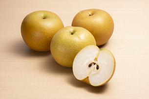 テーブルに置かれた梨の写真素材 [FYI04807920]