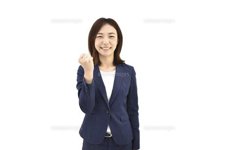 良し、グッドと喜んでいるスーツの女性 白背景の写真素材 [FYI04807931]