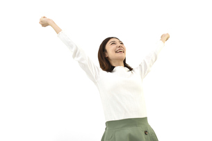 両手を広げて喜んでいるスーツの女性 白背景の写真素材 [FYI04807949]