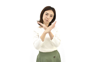 不正解とバツをしているカジュアルの女性 白背景の写真素材 [FYI04807950]