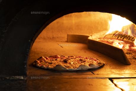 ピザ窯で焼きあがるピザの写真素材 [FYI04807979]