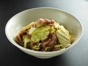 豚肉とキャベツの炒め物の写真素材 [FYI04808131]
