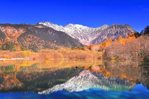 秋の上高地 大正池より紅葉と冠雪の穂高連峰の写真素材 [FYI04808161]