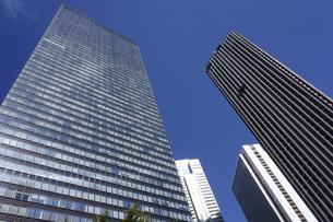 東京新宿西口にそびえ立つ副都心の高層ビル群の写真素材 [FYI04808189]