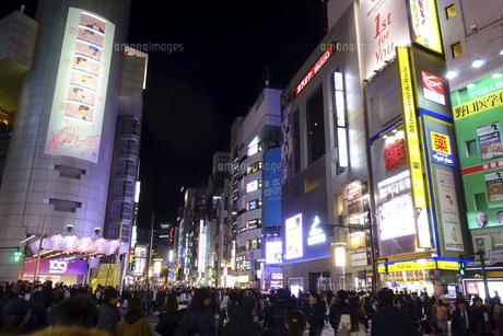 東京渋谷スクランブル交差点付近の夜景遠景の写真素材 [FYI04808211]