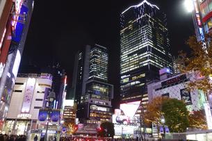 東京渋谷スクランブル交差点付近の夜景遠景の写真素材 [FYI04808212]