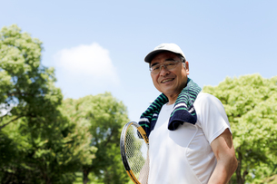 日本人シニア 運動 テニスの写真素材 [FYI04808239]