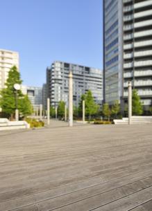 デッキ広場と高層タワーマンションの写真素材 [FYI04808280]