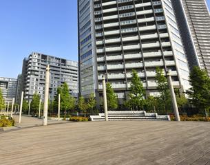 デッキ広場と高層タワーマンションの写真素材 [FYI04808281]
