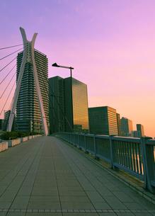 朝焼けの中央大橋と高層ビル群の写真素材 [FYI04808283]
