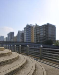 石の階段と運河沿いのビル群の写真素材 [FYI04808285]