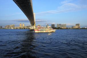 ジェット船と夕方のお台場風景の写真素材 [FYI04808306]