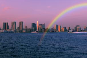 虹と東京港夕景の写真素材 [FYI04808307]