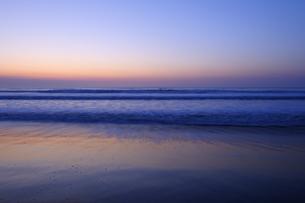 朝焼けの九十九里の海の写真素材 [FYI04808310]