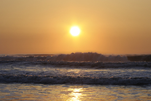 日の出の九十九里の海の写真素材 [FYI04808312]