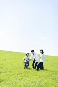 草原で自転車に乗る子供の写真素材 [FYI04808418]