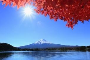 河口湖の紅葉と富士山に太陽の写真素材 [FYI04808476]