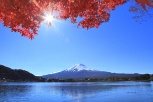河口湖の紅葉と富士山に太陽の写真素材 [FYI04808485]