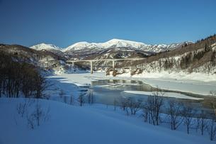 冬の月山と寒河江川の写真素材 [FYI04808769]