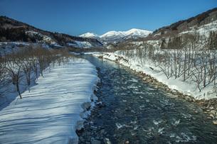冬の月山と寒河江川の写真素材 [FYI04808773]