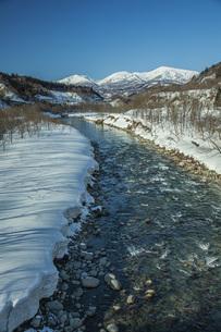 冬の月山と寒河江川の写真素材 [FYI04808775]