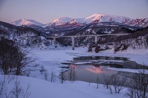 残照の月山と寒河江川の写真素材 [FYI04808786]