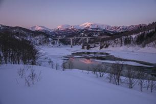 残照の月山と寒河江川の写真素材 [FYI04808787]