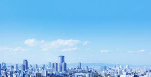 都市の街並みと青空の写真素材 [FYI04808845]
