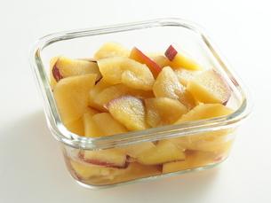 サツマイモとリンゴの甘煮の写真素材 [FYI04808856]