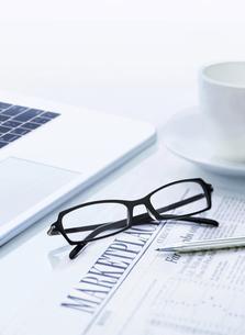 パソコンとメガネと新聞の写真素材 [FYI04808871]