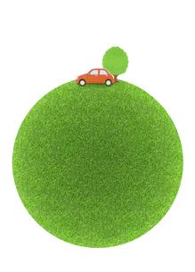芝生の球体と赤い車の写真素材 [FYI04808881]